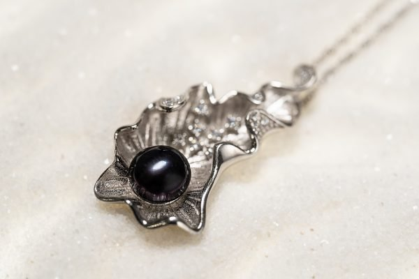 silver necklace with pearl in massive shell - focus on the shell
