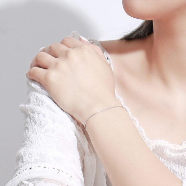 дамски модел с изчистена сребърна гривна тип змийска плетка