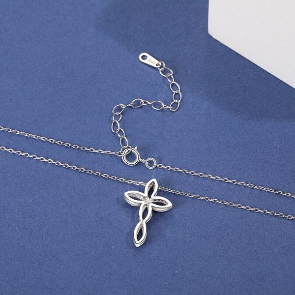 задната част на сребърно колие с два медальона под формата на кръст с нежни извивки