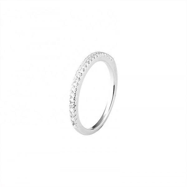 сребърен пръстен тип халка с малки циркони сниман на бял фон