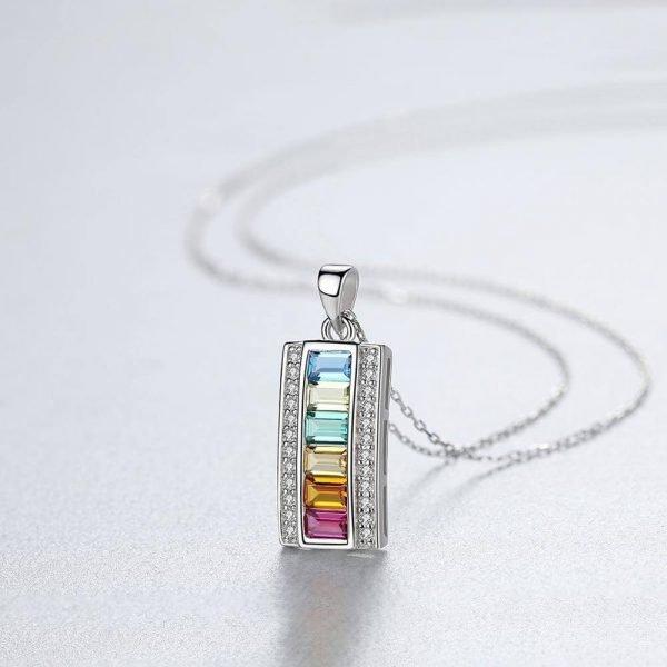 сребърно колие с кубични циркони и кристали с цветовете на дъгата - фокус върху медальона