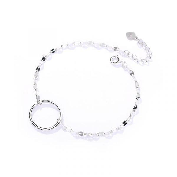 нежна сребърна гривна с кръгъл елемент снимана на бял фон