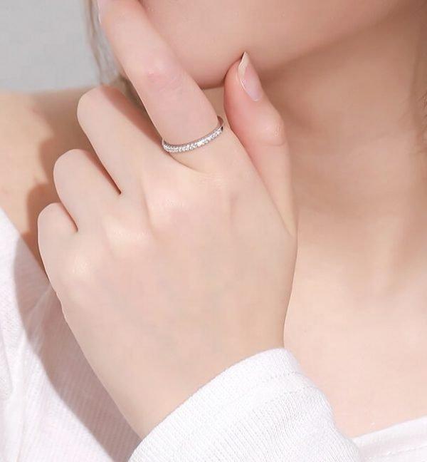 дамска ръка със сребърен пръстен тип халка с малки циркони