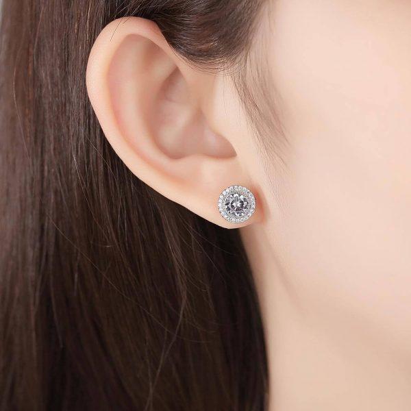 дамско ухо с кръгли сребърни обеци масивен цирконий и малки камъни около него