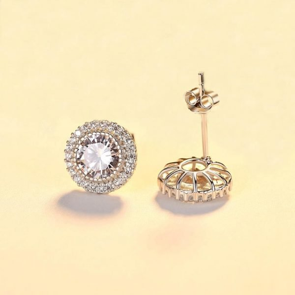 предната и задна част на кръгли сребърни обеци с множество малки камъни и масивен цирконий