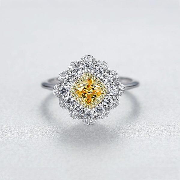фронтален кадър с фокус на дамска ръка със сребърен пръстен с масивен жълт кристал и малки камъчета около него