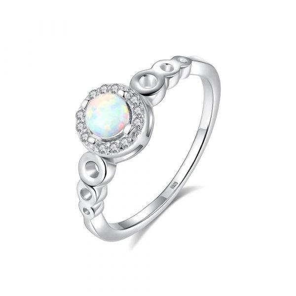 детайлна продуктова снимка с бял фон на сребърен пръстен с кръгъл синтетичен опал опал в центъра
