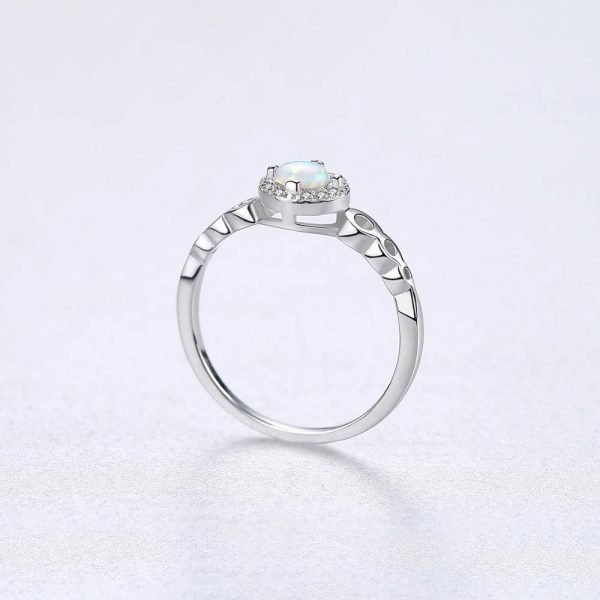 сребърен пръстен с кръгъл синтетичен опал опал в центъра сниман отстрани