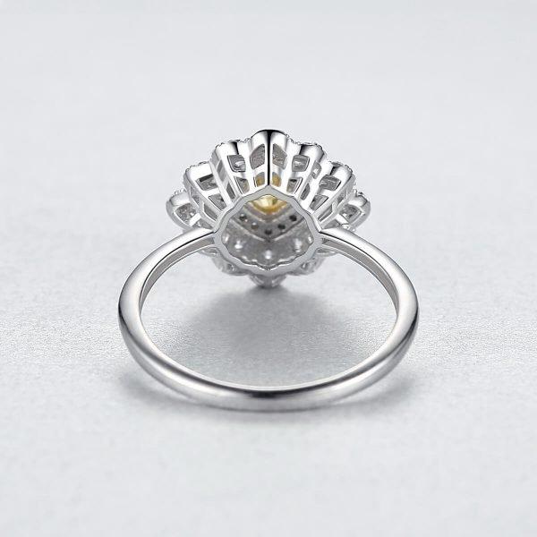 задната част на сребърен пръстен с масивен жълт кристал и малки камъчета около него