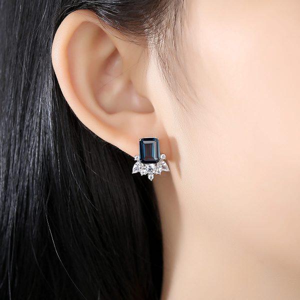дамско ухо със сребърна обеца с кубичен цирконий и тъмносин сапфир