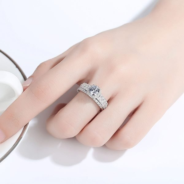 дамска ръка с двоен сребърен пръстен с множество малки циркони и един по-масивен камък