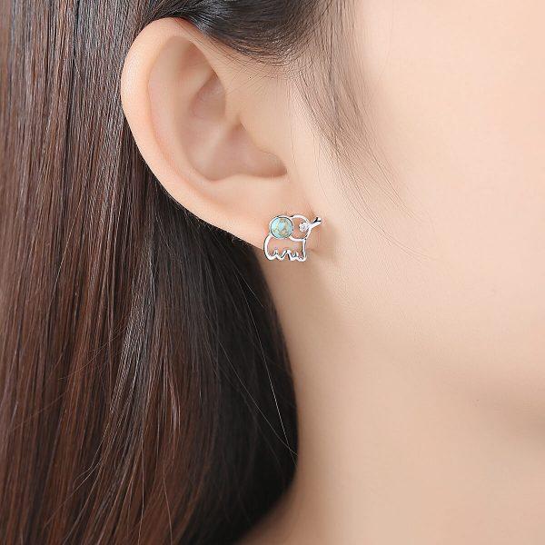 дамско ухо с нежна сребърна обеца във формата на слонче