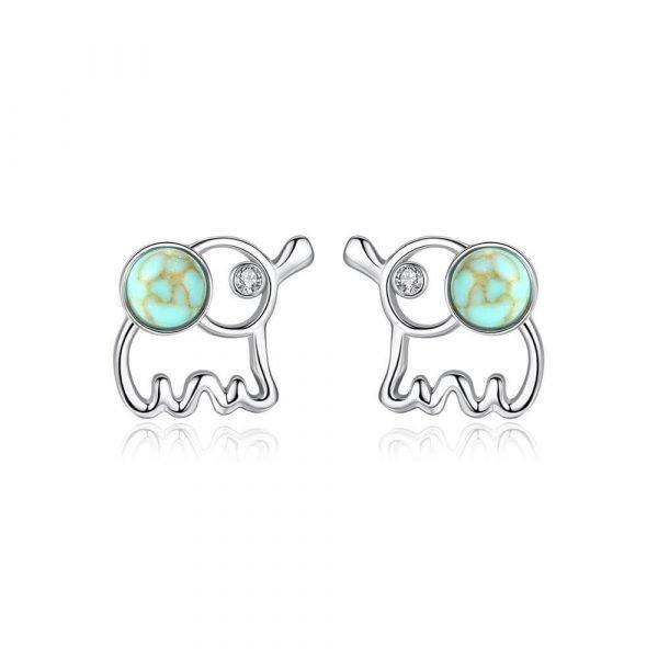 сребърни обеци във формата на слонче снимани на бял фон