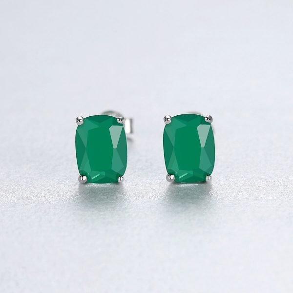 фронтална снимка на сребърни обеци с масивен кристал в зелен цвят