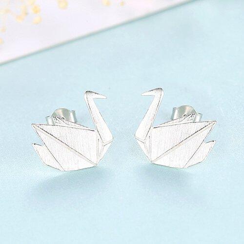 нежни сребърни обеци на винт във формата на лебед снимани на светлосин фон