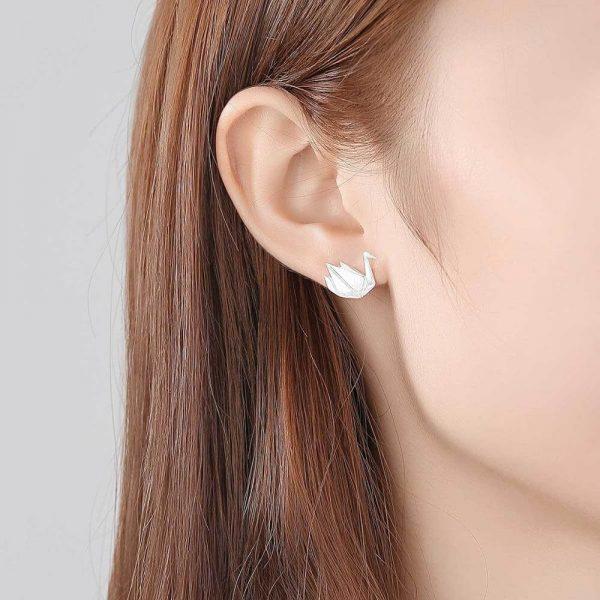 дамско ухо със сребърна обеца под формата на лебед