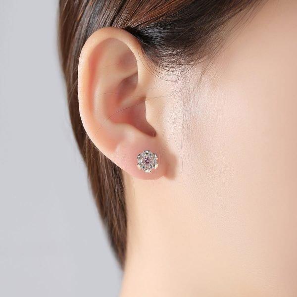дамско ухо със сребърни обеци на винт с флорален мотив и кубичен цирконий