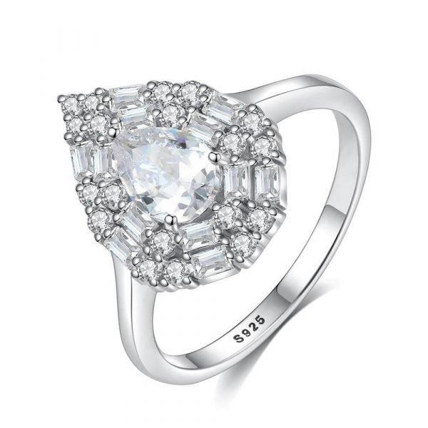 сребърен пръстен с масивен капковиден кубичен цирконий сниман на бял фон под лек ъгъл