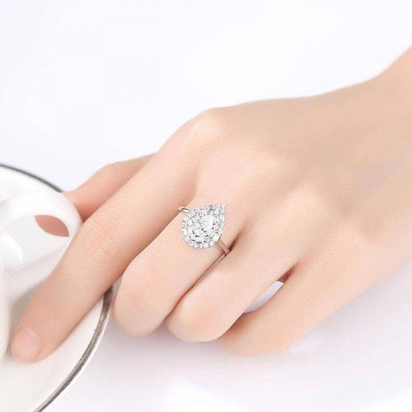 дамска ръка със сребърен пръстен с масивен капковиден кубичен цирконий