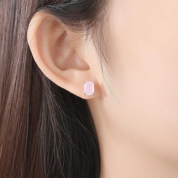 дамско ухо със сребърна обеца с масивен кристал в нежен розов цвят