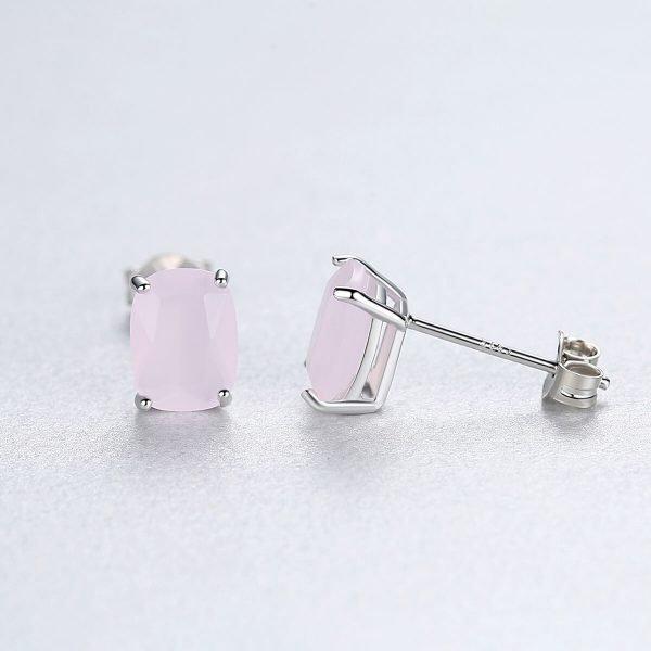 фронталната част и профил на сребърни обеци на винт с масивен розов кристал снимани на светъл фон