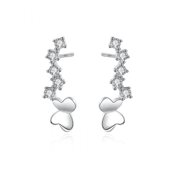 пълзящи по ухото сребърни обеци с кристали и елемент под формата на пеперуда на бял фон