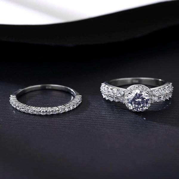 двоен сребърен пръстен с множество малки циркони и един по-масивен камък